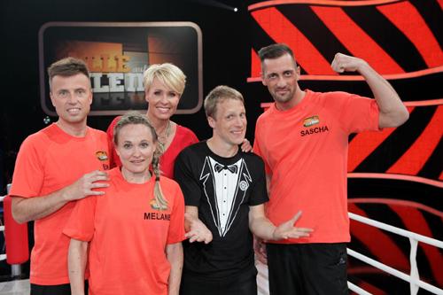 Sonja Zietlow (M.), Oliver Pocher (2.v.r.), Eik (l.), Melanie und Sascha (r.); (c) RTL / Frank Hempel